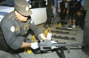 En la refriega, los presuntos criminales utilizaron granadas y rifles AK-47, así como fusiles de asalto AR-15.