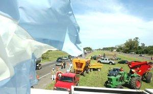 Fernández, que acaba de cumplir sus primeros cien días de gestión, anunció que no cederá a la extorsión de los productores agropecuarios, que ratificaron su intención de mantener la protesta iniciada contra el aumento de los impuestos a las exportaciones de granos y la política gubernamental.