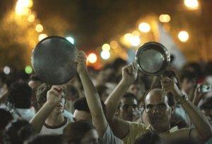 Los cacerolazos se extendieron por distintos barrios de Buenos Aires y también se registraron protestas similares en algunas de las principales ciudades del interior del país, como Córdoba, Rosario, Tucumán y Mar del Plata.