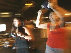 Batiendo cacerolas en las calles de Barrio Norte, Naná, y Jorge, dijeron que esta era su manera de demostrar pacíficamente su disconformidad con el Gobierno y lamentaron que la presidenta provoque división en la sociedad argentina.