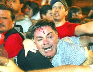 Cacerolas en mano, unas cinco mil personas se congregaron de manera espontánea en la plaza frente a la casa de gobierno, para expresar su apoyo al paro del campo contra el aumento a los derechos a la exportación de granos.