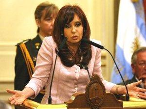 Manifestantes a favor del paro agropecuario y organizaciones afines a la presidenta Cristina Fernández se enfrentaron en la Plaza de Mayo de Buenos Aires, mientras en todo el país se repetían las protestas y cacerolazos en rechazo al discurso de la mandataria, que calificó en duros términos la huelga rural que ya lleva días.