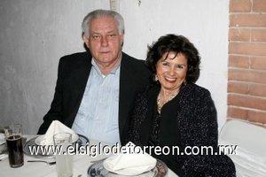 16032008 Armando Muñiz y Lyly de Muñiz, captados en reciente festejo nupcial.