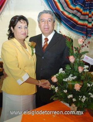 23032008 Telma Ruth Acevedo Rodríguez, después de laborar 28 años al servicio del Magisterio fue jubilada, la acompaña su esposo David Onofre Huízar.