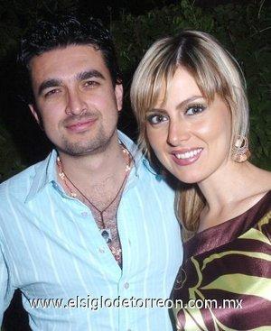 31032008 Alberto Rosales y Karla Zúñiga disfrutaron de una despedida de solteros.