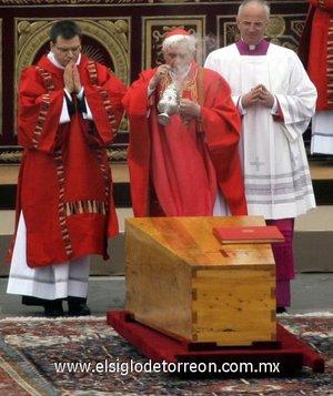 La inhumación se hizó ante unos pocos cardenales  entre ellos Benedicto XVI.