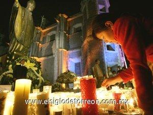 Fue Monseñor Leonardo Sandri quien hizo el anuncio mientras leía el Rosario en la Plaza de San Pedro a los feligreses, que reaccionaron en silencio y con enorme conmoción. Despues el secretario de Estado vaticano, Angelo Sodano, entonó en la Plaza el canto fúnebre de profundis dedicado al Santo Padre.