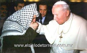 Juan Pablo II y Yasser Arafat se encontarón en 12 ocasiones durante los 26 años de pontificado del Santo Padre. Arafat fue recibido 11 veces en el Vaticano: la primera el 15 de septiembre de 1982 y la última el 30 de octubre de 2001. El líder palestino y el Santo Padre se encontrarón también en Belén durante la peregrinación del Papa a Tierra Santa en marzo de 2002.