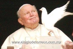 Riéndose, el Santo Padre se mostró determinado a hacer volar a los blancos símbolos de la paz. Él mismo tomó, sonriendo, una de las palomas, mientras un asistente le ayudaba a poner en libertad a la otra. Las aves, que hicieron reír a los asistentes y al Papa, sobrevolaron brevemente la Plaza San Pedro... para finalmente regresar al estudio papal.