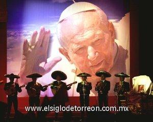 Unos mariachis durante el último adiós al Papa Juan Pablo II en la Basílica de Guadalupe.