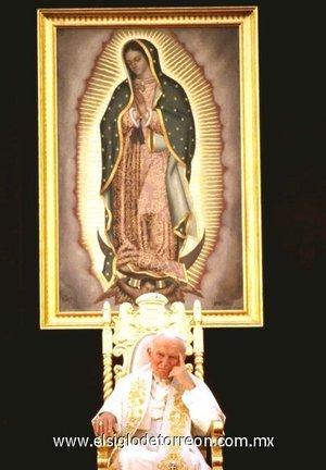 La última visita estuvo marcada por su ya deteriorado estado de salud y una excesiva comercialización de la imagen papal, sobre todo por las televisoras, que explotaron hasta el cansancio el fervor religioso de un pueblo que vivía, a veces con dolor propio, la ya frágil figura de un Papa anciano y enfermo.