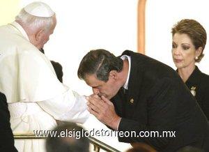El ex presidente, Vicente Fox besó el anillo papal, hecho sin precedente en la historia de México.