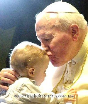 Juan Pablo II mostró su amor con los niños. El Papa Juan Pablo II realizó un milagro cuando se encontró con un niño mexicano que tenía leucemia en 1990 y lo curó, sostienen un sacerdote y familiares del joven que actualmente tiene 19 años.