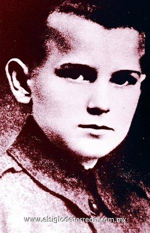 Karol Józef Wojtyla, conocido como Juan Pablo II desde su elección al papado en octubre de 1978, nació en Wadowice, una pequeña ciudad a 50 kms. de Cracovia, el 18 de mayo de 1920. Era el segundo de los dos hijos de Karol Wojtyla y Emilia Kaczorowska. Su madre falleció en 1929. Su hermano mayor Edmund (médico) murió en 1932 y su padre (suboficial del ejército) en 1941.
