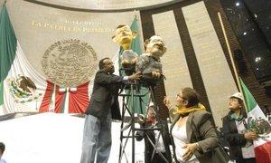 El legislador del PRD, Alejandro Sánchez, puso en el recinto legislativo de San Lázaro. unas figuras de cartón alusivas al secretario de Gobernación, Juan Camilio Mouriño y del Presidente Felipe Calderón.