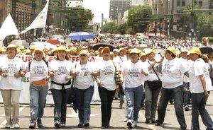 La pugna política en el Legislativo mexicano por la reforma petrolera tuvo un simbólico parangón en las calles, donde unas dos mil Adelitas, mujeres simpatizantes de la izquierda, se manifestaron frente a unas 600 mujeres policías antidisturbios, efectivos conocidos popularmente como Robocops.