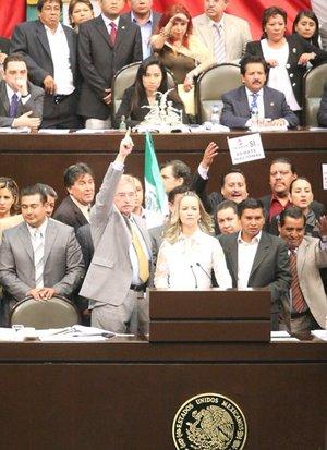 El senador Ricardo Monreal, del Partido de la Revolución Democrática (PRD), subió junto con otros 15 senadores a la tribuna del Senado en lo que, afirmó, fue el inicio de la resistencia civil pacífica de la oposición contra el proyecto, mientras sus correligionarios hacían lo mismo en la cámara baja.
