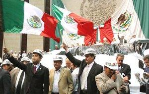 La protesta obligó a cancelar la sesión del día en ambas cámaras y deja en el limbo la reforma energética presentada el por el presidente mexicano, Felipe Calderón, la cual fue turnada por el pleno del Senado a la Comisión de Energía.