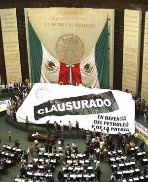 Integrantes del FAP ocuparon las tribunas del Senado y la Cámara de Diputados y prometieron no moverse de allí hasta que se haga un debate nacional sobre el futuro del petróleo en México, en un intento de impedir la discusión parlamentaria de la reforma energética del Ejecutivo.