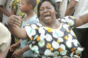 Una mujer llora junto a los restos del avión que se estrelló en Goma, el Congo.
