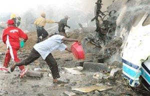 En el lugar del siniestro, el humo y las llamas envolvían los restos carbonizados de la aeronave mientras numerosas personas con tractores, camiones y palas buscaban sobrevivientes. Los soldados de paz de la ONU rociaron agua sobre los escombros, al tiempo que alejaban a curiosos.
