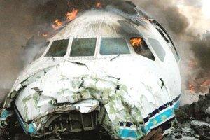 La tripulación logró salvar a la mayoría de los pasajeros con la ayuda (de las fuerzas de paz de la ONU en la zona) antes de que el avión ardiera, dijo Dirk Cramers, representante de Hewa Bora, e informó que en el percance murieron 21 personas. La mayoría de las víctimas eran personas que estaban en tierra.