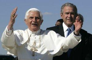 Un Bush aparentemente relajado y su esposa, vestida con un traje de chaqueta y falda negro, recibieron al Papa con un apretón de manos. Jenna pareció dudar si hacer una genuflexión antes de estrechar la mano de su santidad.