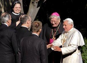 El Papa Benedicto XVI fue recibido por el arzobispo Pietro Sambi a su llegada, a la embajada del Vaticano en Washington DC. (Estados Unidos).