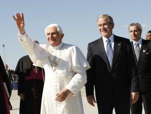 El Papa y el presidente se retiraron en una caravana de automóviles a los pocos minutos.