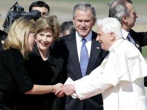 El Pontífice saludó al presidente George W. Bush, la primera dama Laura Bush y Jenna, la hija de ambos, en la pista de aterrizaje mientras los estudiantes de una escuela católica cercana lo vitoreaban.