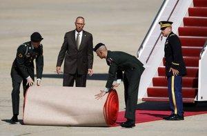 Miembros de las fuerzas Militares instalaron la alfombra roja para recibir a Benedicto XVI.