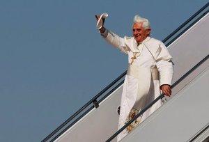 En su primer viaje papal por el país, Benedicto XVI saludó a cientos de personas mientras bajaba del avión de Alitalia que lo transportó desde Roma.