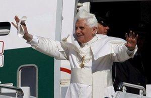 """El Papa Benedicto XVI llegó  a Washington para una visita de seis días a Estados Unidos con un mensaje de disculpas por los abusos sexuales contra menores perpetrados por algunos sacerdotes en este país, que ha calificado de """"vergüenza""""."""