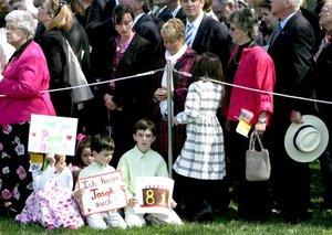 Más de nueve mil personas, desde jóvenes exploradores hasta ex combatientes del Ejército, entonaron el happy birthday en dos ocasiones durante la ceremonia oficial de bienvenida que el mandatario ofreció al Pontífice.
