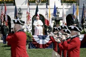 Varios ¡Que viva el Papa!, gritados en español, rompieron la protocolaria ceremonia de bienvenida a Benedicto XVI que organizó George W. Bush, en la Casa Blanca.