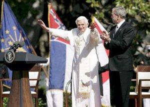 Después Benedicto XVI y Bush subieron hasta el balcón posterior de la Casa Blanca desde donde escucharon el feliz cumpleaños. Ingresaron a la Casa Blanca y sostuvieron un encuentro privado en el Salón Oval.