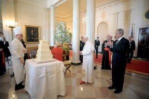 Al Papa, quien festejó su onomástico, fueron dedicadas dos melodías religiosas, la primera de ellas entonada por la cantante Kathlen Battle y la segunda por un conjunto, el tradicional Glory, glory. Aleluya.