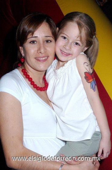 06042008 Lily Zúñiga junto a la pequeña Luisa Villarreal.