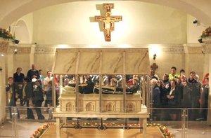 El cuerpo del santo fue exhumado el pasado 2 de marzo y desde entonces ha estado sometido a tratamientos especiales para permitir su exposición a los fieles.