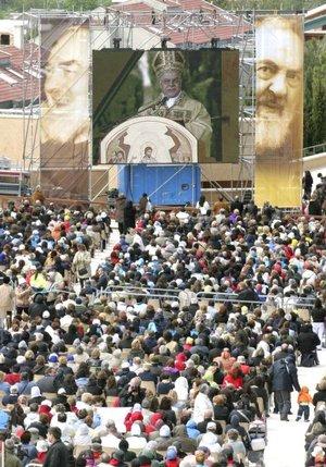 Con una ceremonia a la que asistieron cerca de 10 mil personas, los restos mortales de Padre Pío fueron colocados en una urna de cristal en la cripta del santuario, para cuya visita han hecho ya reservas 750 mil personas que acudirán durante los seis meses en que estarán expuestos.