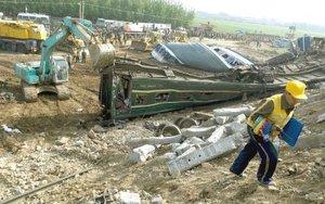 El accidente, causado por un error humano, le ha costado el cargo por el momento a dos altos funcionarios: Chen Gong y Chai Tiemin, director y secretario del Partido del Buró de Ferrocarril de Jinan (capital de Shandong), respectivamente.