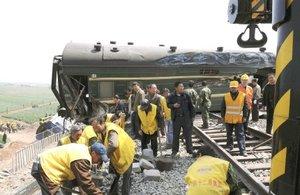 Al descarrilar, el convoy chocó contra un segundo tren, el número 5034, que cubre la ruta entre Yantai (Shandong) y Xuzhou (provincia de Jiangsu, colindante por el sur) sacándolo también de las vías. Cincuenta y siete personas fallecieron en el acto.