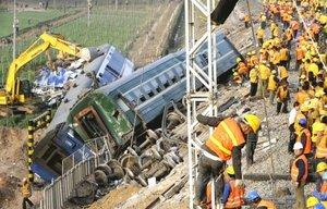 Al menos 70 personas murieron y 420 resultaron heridas en el peor accidente ferroviario en China en los últimos once años, provocado, según dijeron fuentes oficiales, por un error humano.