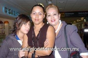 01052008 Irma Martín viajó a San Diego y la despidieron Perla Arévalo y Michel Marín