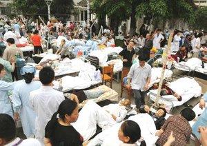 El terremoto hizo que decenas de miles de personas salieran a las calles en Beijing y Shanghai, a cientos de kilómetros del epicentro, por temor a que se derrumbaran edificios y otras construcciones.