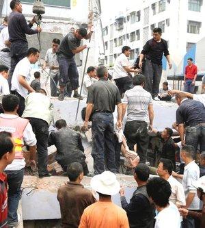 En Anxian, distrito de la ciudad de Mianyang, unas 500 personas murieron por el derrumbamiento de sus casas, el 85 por ciento en zonas rurales, como en el distrito de Beichuan, cuyas nuevas construcciones fueron las más afectadas, principalmente guarderías, escuelas e institutos de enseñanza.