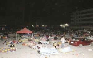 Durante la noche, numerosas personas intentaron buscar sus pertenencias entre los edificios derrumbados y la oficina sismológica provincial anunció que se han registrado más de mil 800 temblores, algunos de ellos de hasta 6 grados de magnitud en la escala abierta de Richter.