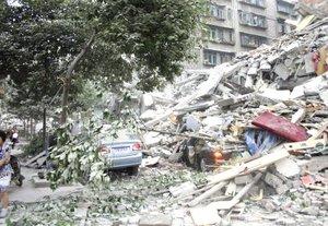 Un poderoso terremoto estremeció el centro de China, matando a casi 15 mil personas y dejando a unos 900 estudiantes atrapados, además de causar un derrame de amoníaco de dos plantas que se derrumbaron.