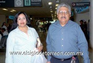 04052008 A su llegada de Juárez, Chihuahua, Carolina Pérez de Betancourt fue recibida por su esposo Isidro Betancourt