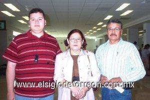 05052008 María Luisa López fue despedida por Luis Manuel Díaz y Refugio Díaz por su viaje a Tijuana.